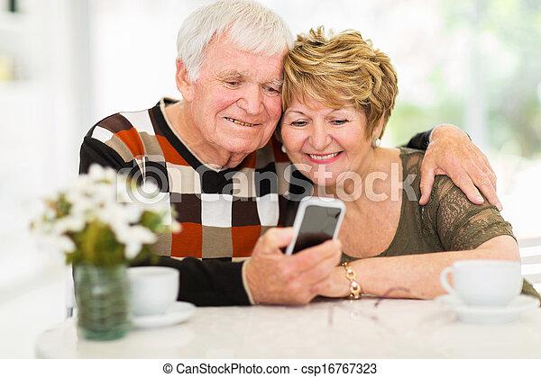 utilisation, couple, personnes agées, intelligent, téléphone - csp16767323