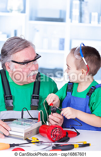 utilisation, multimètre, petit-enfant, grand-père - csp16867601