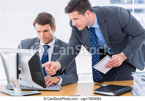 utilisation ordinateur, hommes affaires, bureau bureau - csp17603084