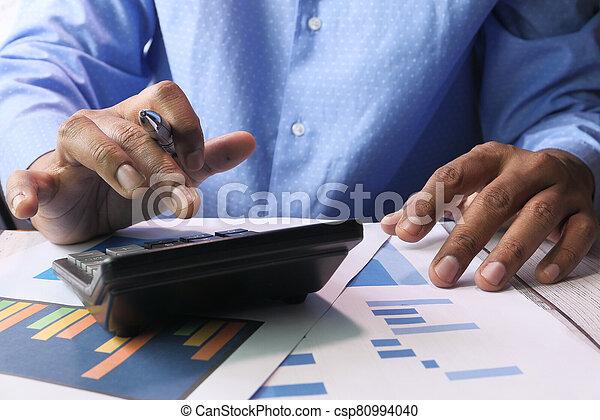 utilizar, mano, escritorio de oficina, calculadora, hombre de negocios - csp80994040