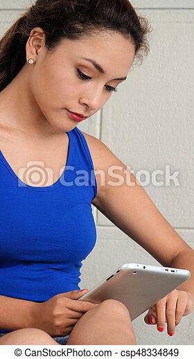 Mujer usando tablet - csp48334849