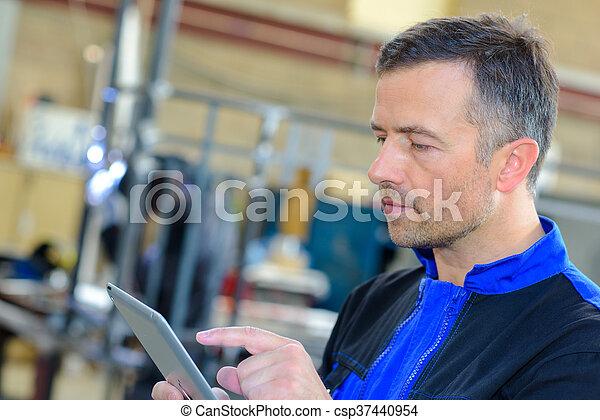Trabajador industrial usando tablet - csp37440954