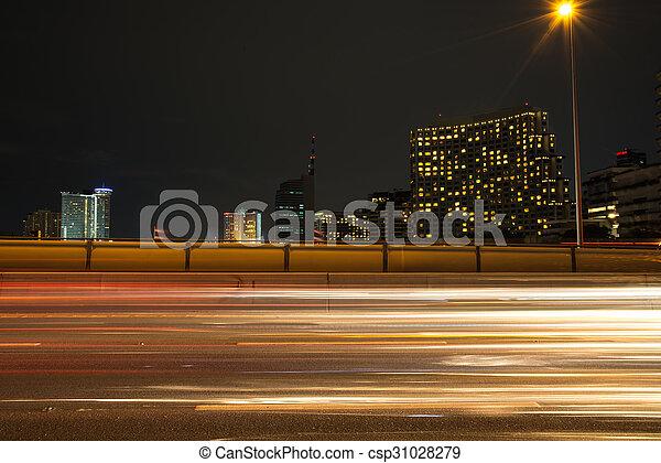 város, éjszaka csillogó, modern, forgalom, nyomoz - csp31028279