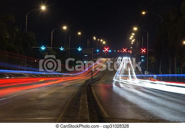 város, éjszaka csillogó, modern, forgalom, nyomoz - csp31028328