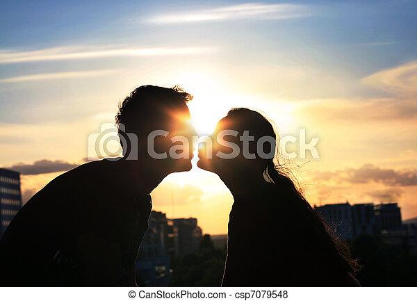 város, este, párosít, háttér, csókolózás, felett - csp7079548