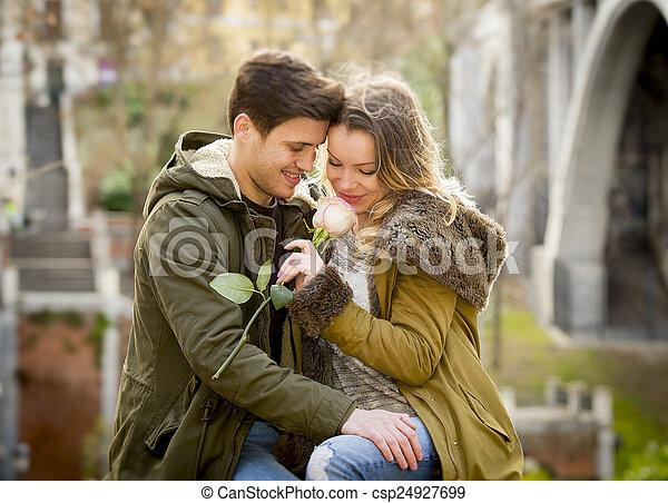 város, szeret, ülés, rózsa, párosít, valentines, liget, fasor, misét celebráló, utca, indulat, csókolózás, nap - csp24927699