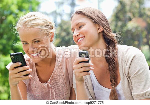 vän, le, cellphones - csp9271775