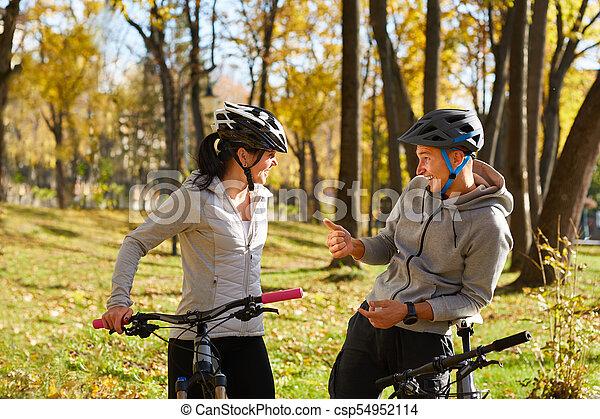 vélo, couple, ensoleillé, jeune, avoir, automne, park., amusement, équitation, jour, heureux - csp54952114