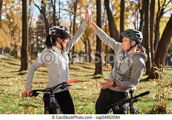 vélo, couple, ensoleillé, jeune, avoir, automne, park., amusement, équitation, jour, heureux - csp54952084