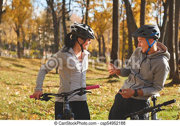 vélo, couple, ensoleillé, jeune, avoir, automne, park., amusement, équitation, jour, heureux - csp54952188