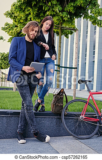vélo, pc tablette, couple, parc, arrière-plan., utilisation, fixe, rouges - csp57262165