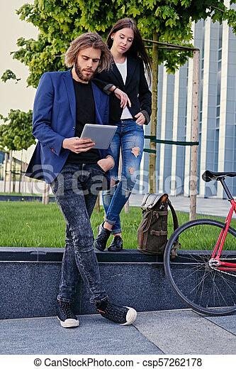 vélo, pc tablette, couple, parc, arrière-plan., utilisation, fixe, rouges - csp57262178