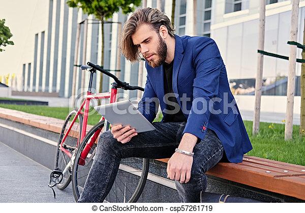vélo, pc tablette, tient, arrière-plan., unique, vitesse, rouges, homme - csp57261719
