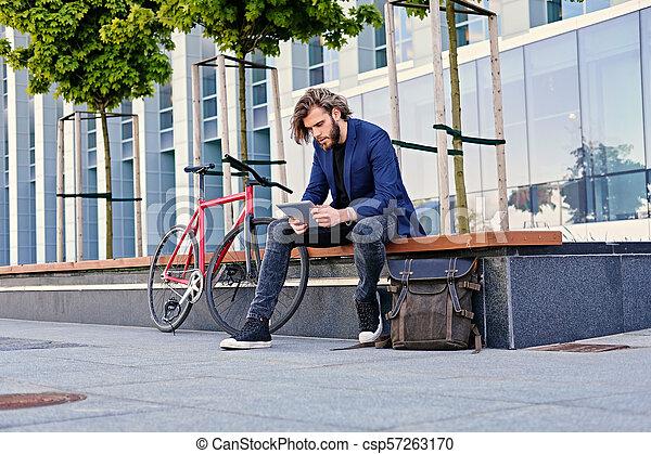 vélo, pc tablette, tient, arrière-plan., unique, vitesse, rouges, homme - csp57263170