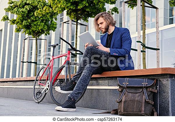 vélo, pc tablette, tient, arrière-plan., unique, vitesse, rouges, homme - csp57263174