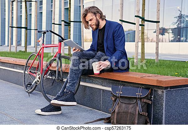 vélo, pc tablette, tient, arrière-plan., unique, vitesse, rouges, homme - csp57263175