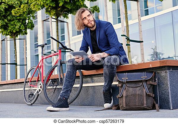 vélo, pc tablette, tient, arrière-plan., unique, vitesse, rouges, homme - csp57263179