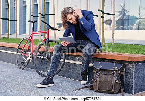 vélo, pc tablette, tient, arrière-plan., unique, vitesse, rouges, homme - csp57261721