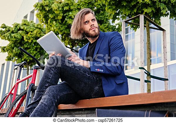 vélo, pc tablette, tient, arrière-plan., unique, vitesse, rouges, homme - csp57261725