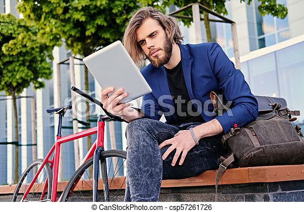 vélo, pc tablette, tient, arrière-plan., unique, vitesse, rouges, homme - csp57261726