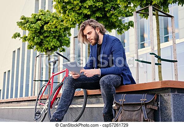 vélo, pc tablette, tient, arrière-plan., unique, vitesse, rouges, homme - csp57261729
