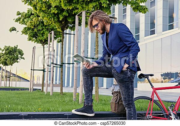 vélo, pc tablette, tient, arrière-plan., unique, vitesse, rouges, homme - csp57265030