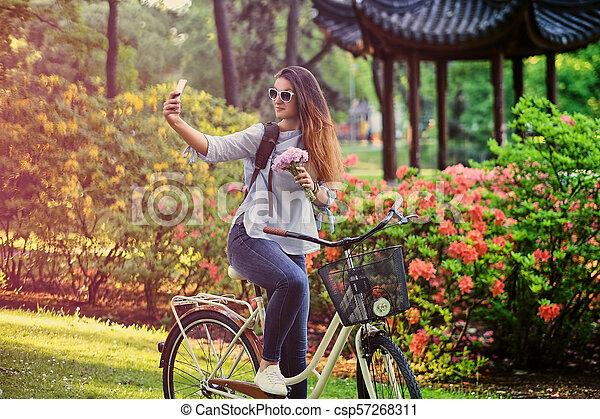vélo, selfie, téléphone., femme, confection, intelligent - csp57268311