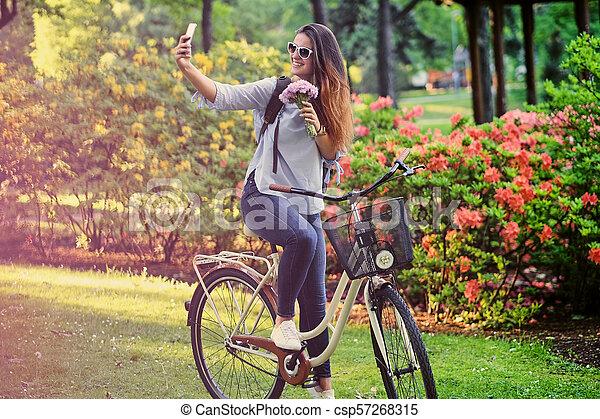 vélo, selfie, téléphone., femme, confection, intelligent - csp57268315