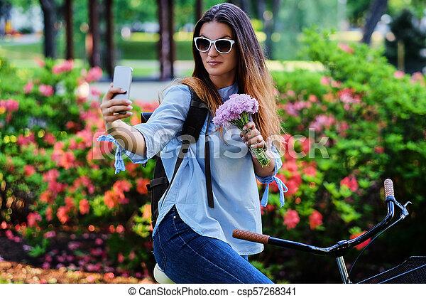 vélo, selfie, téléphone., femme, confection, intelligent - csp57268341