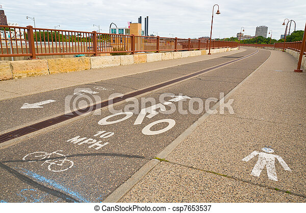 vélo voyageant - csp7653537