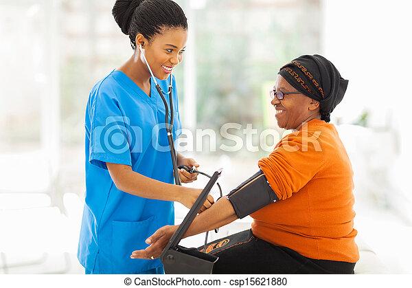 vérification, malade, pression, sanguine, africaine, infirmière, personne agee - csp15621880