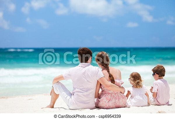 Familia de vacaciones en Caribe - csp6954339