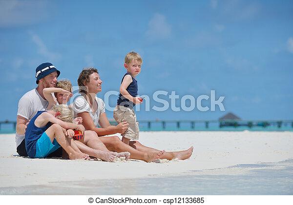 Familia feliz de vacaciones - csp12133685
