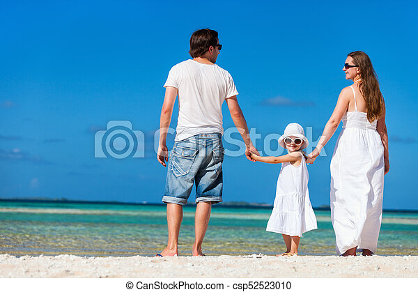 Familia feliz de vacaciones tropicales - csp52523010