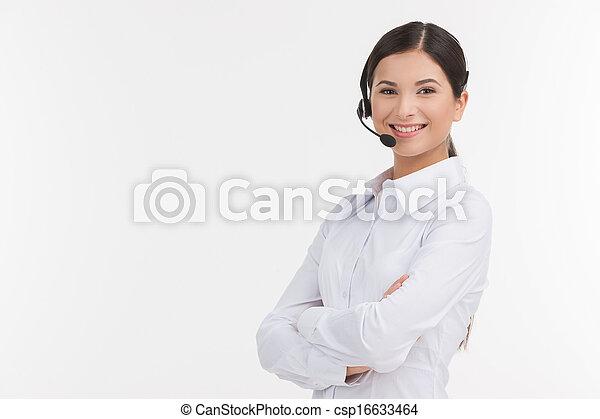 vacker, hörlurar med mikrofon, representative., henne, holdingen, service, ung, isolerat, se, tillitsfull, medan, kamera, korsat beväpnar, kvinnlig, vit, kund, representativt - csp16633464