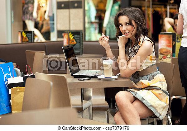 vacker, kaffe, womanaffär, arbete, ung, paus, drickande - csp7079176