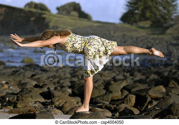 vacker kvinna, yoga, ung, praktiker, strand - csp4004050