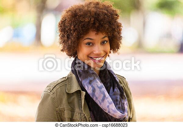 vacker, utomhus, folk, -, ung, höst, amerikansk kvinna, svart, afrikansk, stående - csp16688023