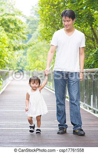vader, wandelende, dochter, holdingshanden - csp17761558