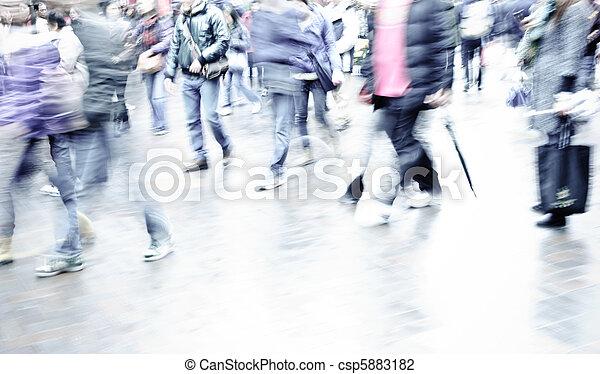 Gente en la calle - csp5883182