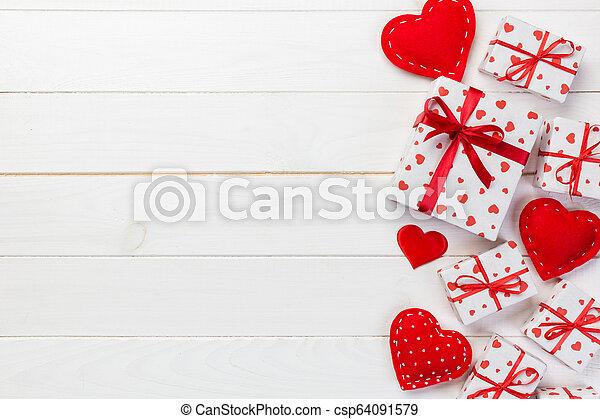 valentijn, papier, ontwerp, tafel, wrapper., ruimte, bovenzijde, met de hand gemaakt, anderen, witte , vakantie, lege ruimte, kadootjes, kopie, kado, doosje, cadeau, houten, rood, hartjes, of, aanzicht - csp64091579