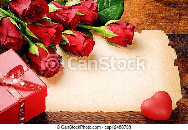 valentine, rocznik wina, ułożyć, róże, papier, czerwony - csp12488738