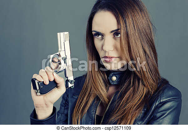 Mujer sosteniendo su arma - csp12571109