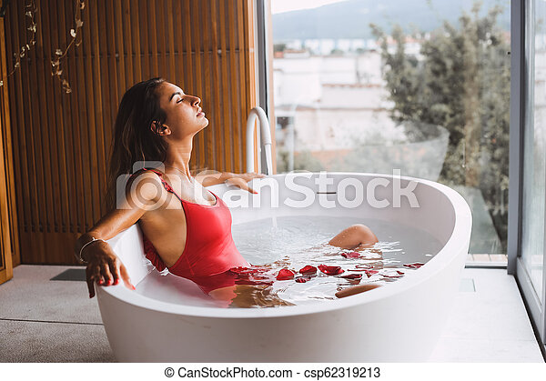 Vasca Donna Bagno Moderno Donna Moderno Vasca Il Bagnarsi Bagno Rilassante Canstock