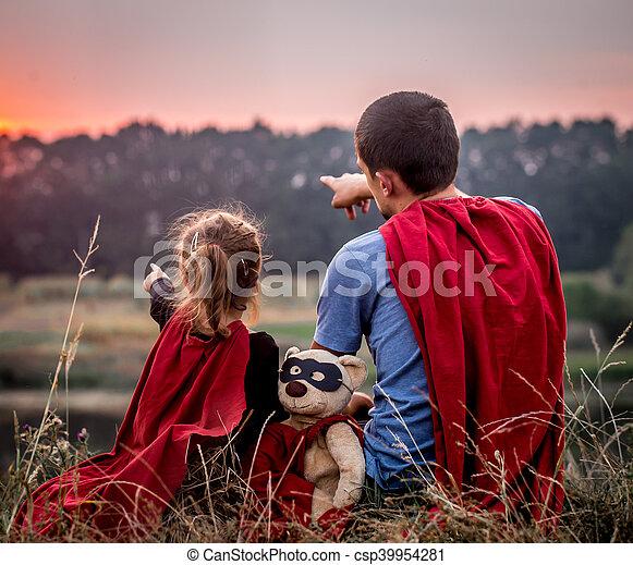 vati, wenig, familie, angezogene , helden, m�dchen, glücklich, honigraum, mögen - csp39954281