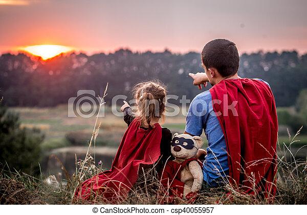 vati, wenig, familie, angezogene , helden, m�dchen, glücklich, honigraum, mögen - csp40055957