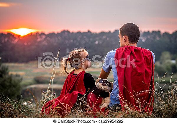 vati, wenig, familie, angezogene , helden, m�dchen, glücklich, honigraum, mögen - csp39954292