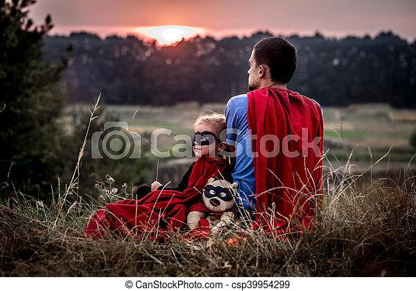 Kleines Mädchen mit Dad, gekleidet in Superhelden, glückliche Familie - csp39954299