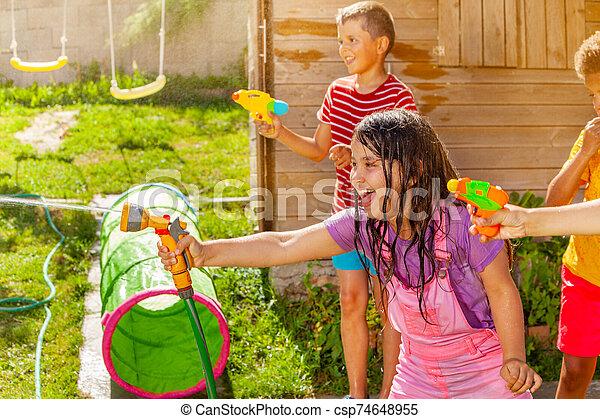 vatten, nöje, lurar, filma, flicka, -, gevär, grupp, sommar - csp74648955