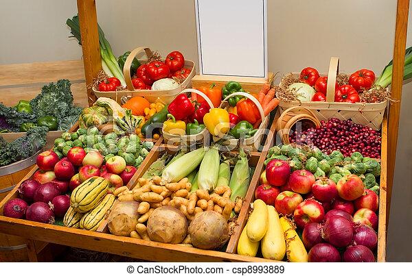 Un carro con frutas y vegetales y una señal en blanco - csp8993889
